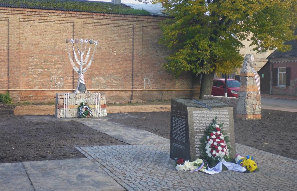 """Bauskā svinīgi atklāts memoriāls """"Sinagogas dārzs"""""""